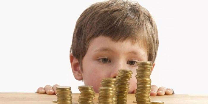 Ребенок и столбики монет