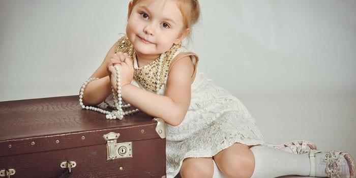 Девочка с бусами