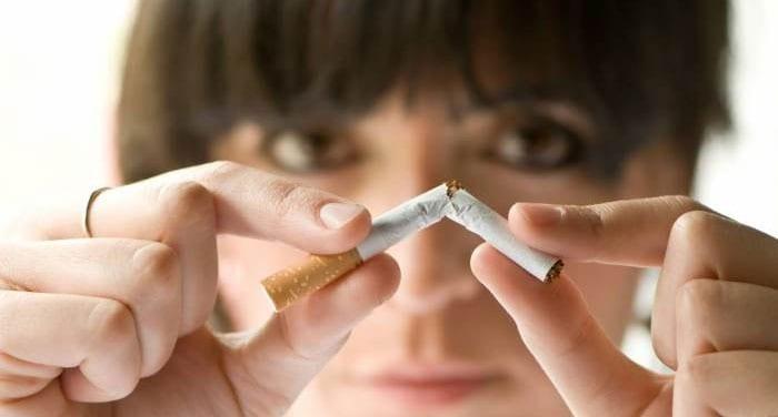 Девушка ломает сигарету пальцами