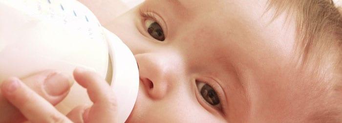 Малыш есть смесь из бутылочки