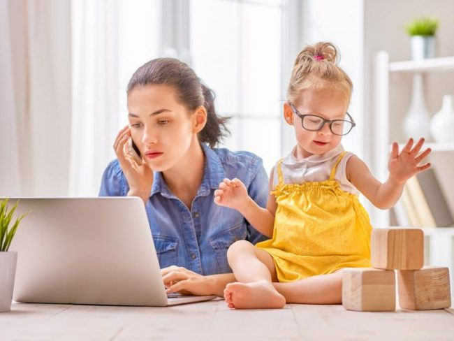 Женщина с ноутбуком и ребенок