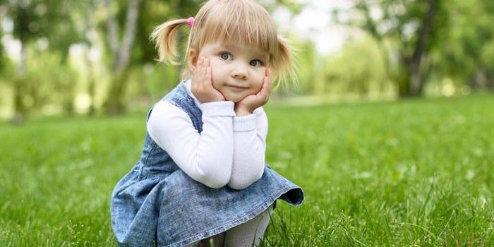 Девочка сидит на корточках