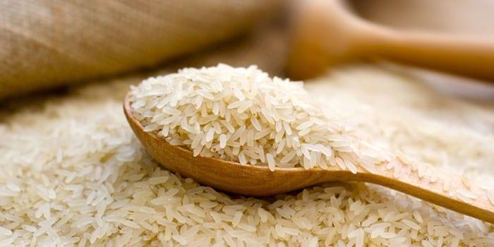 Белый рис в деревянной ложке