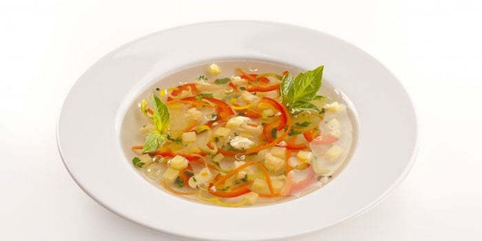 Овощной суп в тарелке