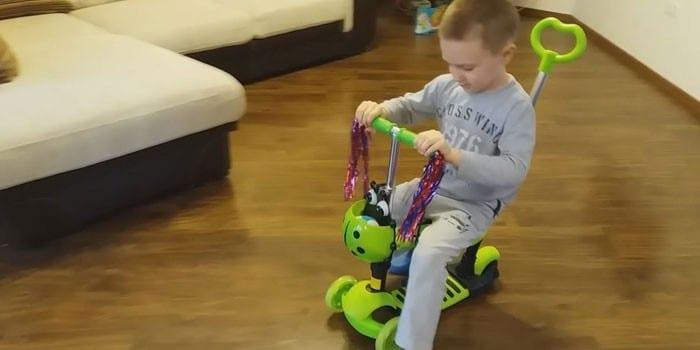 Ребенок на самокате Kreiss с сидением