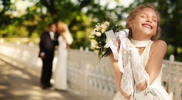 Юная гостья на свадьбе