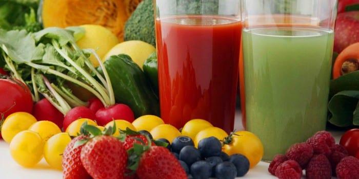 Овощные соки в стаканах, овощи и фрукты