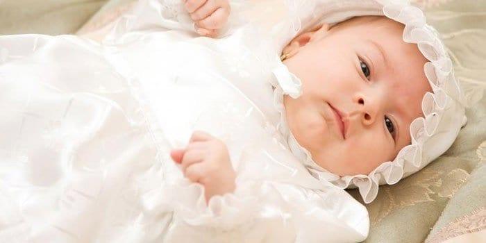 Маленькая девочка в крестильной одежде