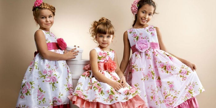 Три девочки в платьях с цветами