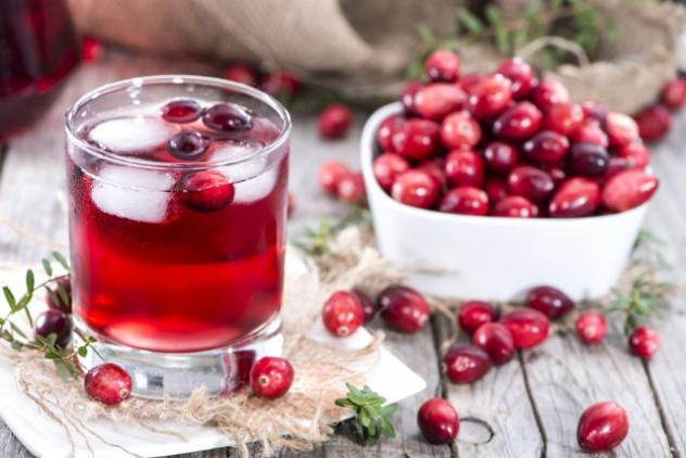 Сок и ягоды клюквы