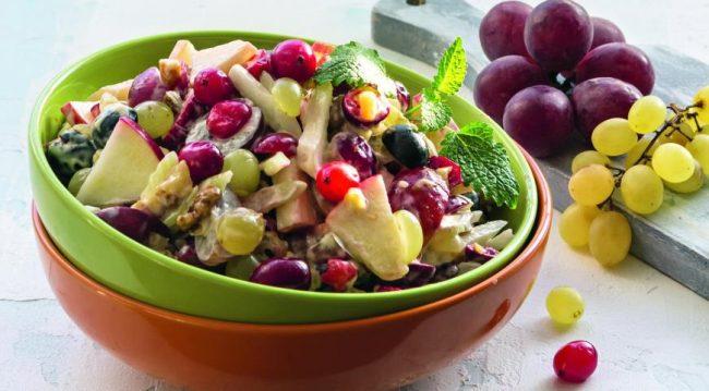 Салат с клюквой и виноградом