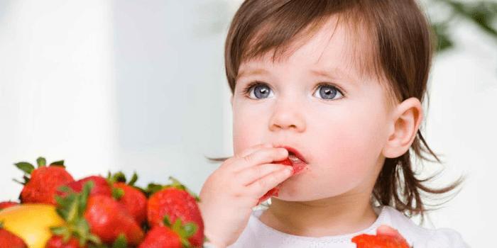 Девочка есть клубнику