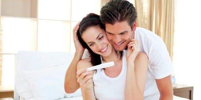Женщина и мужчина с тестом на беременность