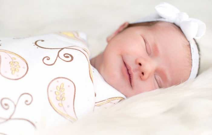 Спящий в пеленках ребенок