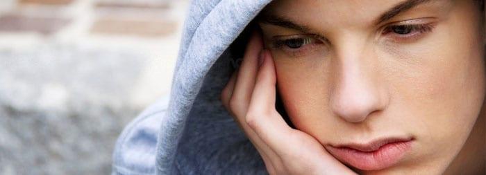 Подросток грустит