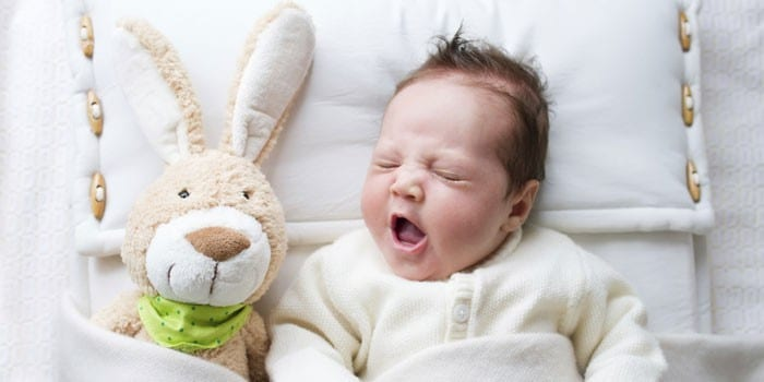 Грудной ребенок зевает