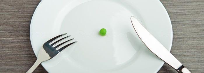 Горошина на тарелке и столовые приборы