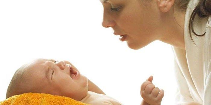 Девушка и плачущий ребенок