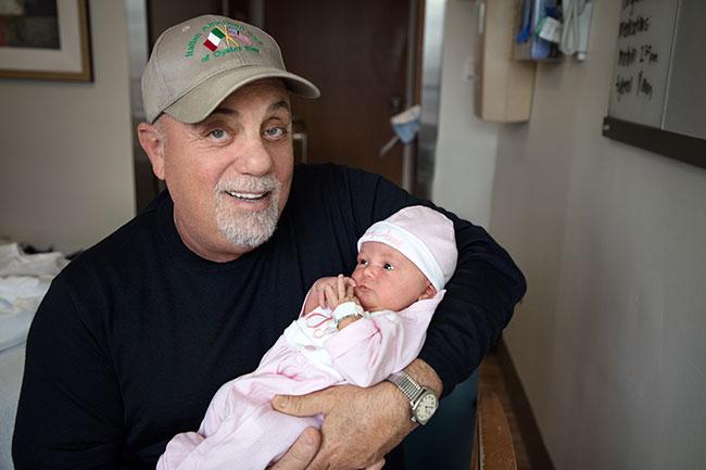 Билли Джоэл с новорожденной дочкой