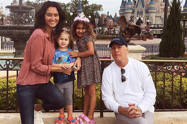 Брюс Уиллис с младшими дочками и женой