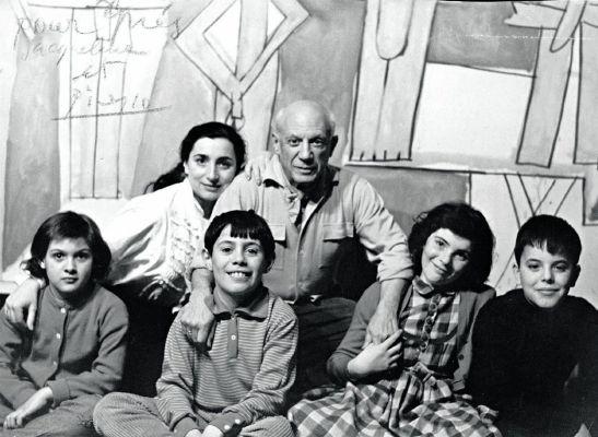 Пабло Пикассо с женой и детьми