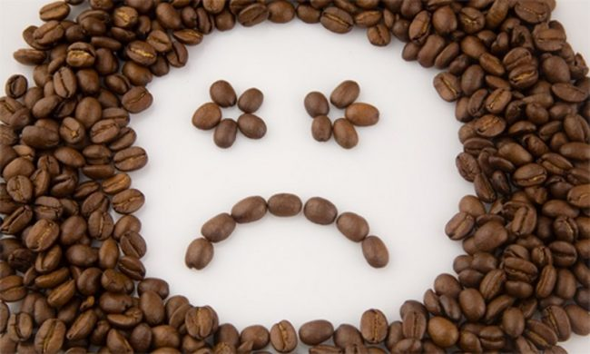 Грустный смайлик из кофейных зерен
