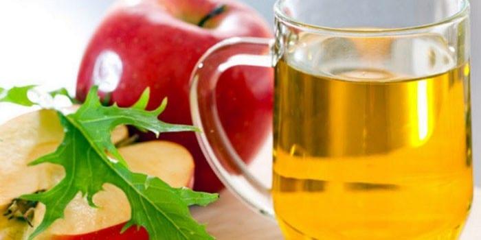 Яблочный сок в чашке