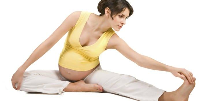 Беременная девушка выполняет упражнение