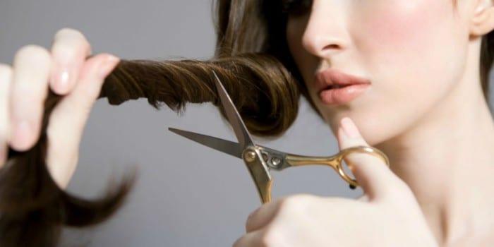 Девушка с ножницами