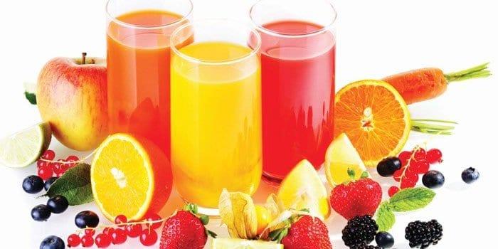 Фруктовые соки в стаканах