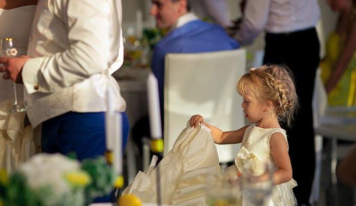 Маленькая гостья на свадьбе