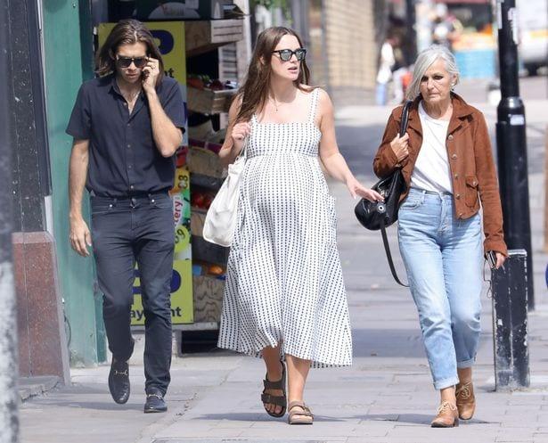 Кира Найтли со своим мужем и его матерью