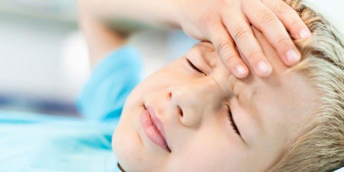 Ребенка держит руку на голове