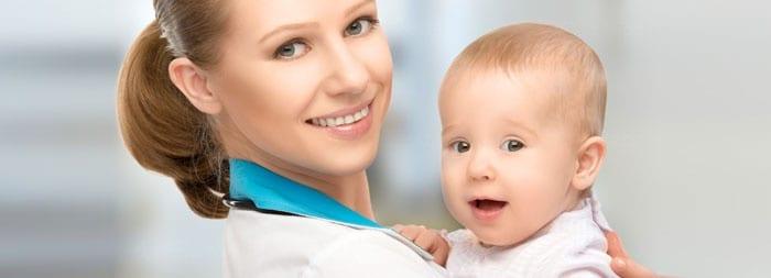 Малыш у врача на руках