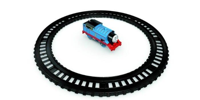 Пластиковая железная дорога и паровоз Томас в дороге