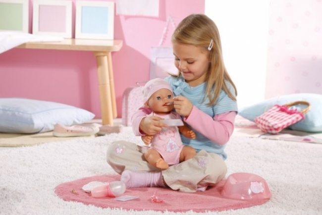 Ребенок играет с куклой