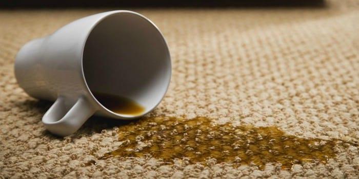 Разлитая чашка с кофе на ковре