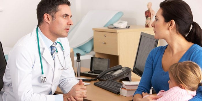 Женщина с ребенком на консультации у врача