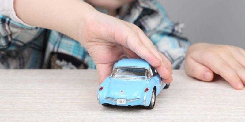 Ребенок с машинкой