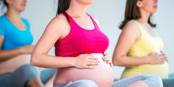 Беременные женщины тренируются в зале