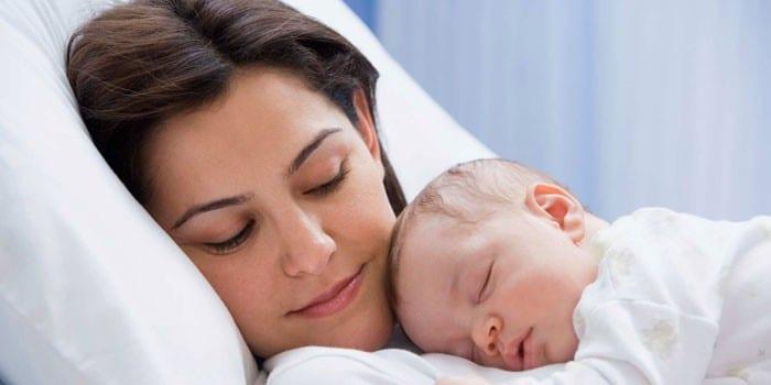 Девушка с новорожденным ребенком