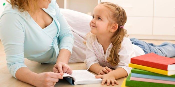 Женщина читает вместе с девочкой
