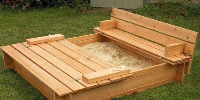 Деревянная песочница со скамейкой