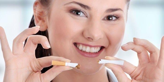 Девушка поломала сигарету