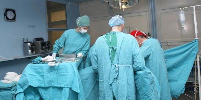 Хирургическая бригада проводит операцию