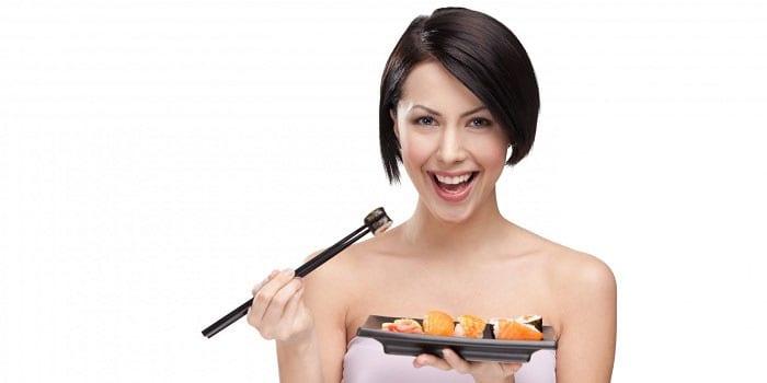 Девушка с тарелкой с суши и роллами