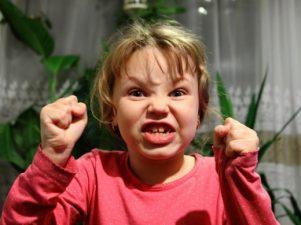Причины гнева у ребенка и реакция родителей с учетом возраста