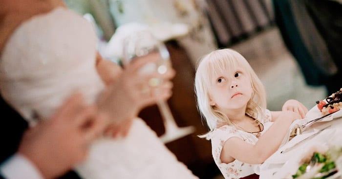 Девочка за свадебным столом