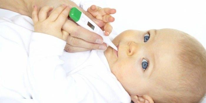 Грудной ребенок с градусником во рту