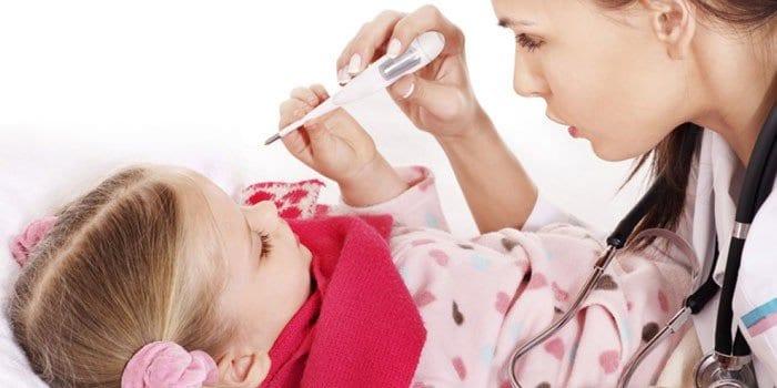 Врач измеряет температуру ребенку